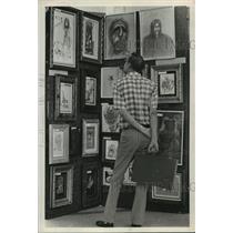 1973 Press Photo Dan Klefs looks at prison art, Gulfgate Shopping City, Houston