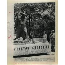 1975 Press Photo Daughter of Winston Churchill unveils statue in Mexico City