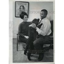 1967 Press Photo Green Bay Packer & TV announcer,Lionel Aldridge with wife & pet