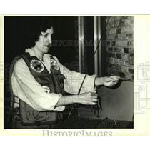 1991 Press Photo Vicky Hollard is shown preparing for an upcoming trap.