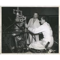 1947 Press Photo Bell Aircraft Mechanic Explain-Flight Control-Luke Superintende
