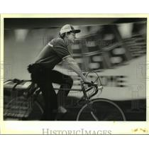 1988 Press Photo Andrew Hokanson Delivers Domino's Pizza by Bicycle, New Orleans