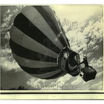 1973 Press Photo Ralph Hall & his balloon race in the Great Preakness Festival