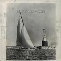 1949 Press Photo Winning Schoendorfs Boat Of Queen's Cup Race Near Harbor Marker