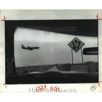 1981 Press Photo Plane landing at Houston's Hobby Airport - from car window