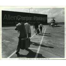 1986 Press Photo Guests walk to helicopter at AllenCenter Parking in Houston