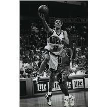 1994 Press Photo Jon Barry of the Milwaukee Bucks basketball team goes for layup