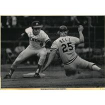1973 Press Photo Brewers baseball's Pedro Garcia tags Cleveland's Buddy Bell out