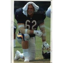 1994 Press Photo Bears football player Mark Bortz keeps himself cool at practice