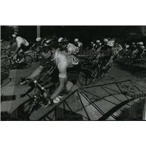 1993 Press Photo Cyclists head into first turn of Hartford Challenge Criterium