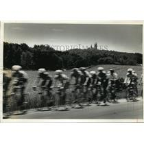 1993 Press Photo Cyclists race along County Highway K in Washington County