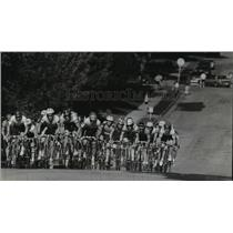 1993 Press Photo Cyclists stay packed together racing up a neighborhood hill