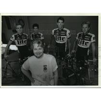 1993 Press Photo Dorothy Wegner poses with California racing cyclists