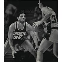 1985 Press Photo Sonics basketball player, Cory Blackwell, guards opponent