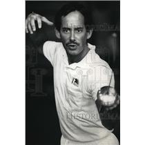 1988 Press Photo Joseph Biebel teaches basic fencing at Alverno College