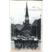 1994 Press Photo A pack of bicycle racers head down Wisconsin Avenue - mjt03649