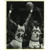 1984 Press Photo San Antonio Spurs basketball, George Gervin and Mike Mitchell