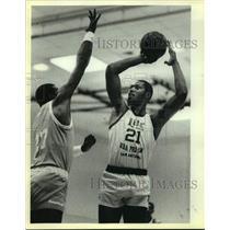 1985 Press Photo San Antonio Spurs basketball player Mike Mitchell, Major Jones