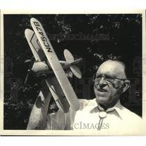1983 Press Photo Axel J. Nogard, Ballston Spa, NY with 1928 WACO model plane