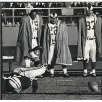 1965 Press Photo Green Bay Packers' Ron Kostelnik crawled toward the ball.