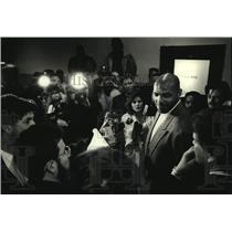 1991 Press Photo Media swarm Philadelphia 76ers Charles Barkley in Milwaukee.
