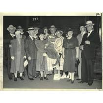 1940 Press Photo Group Leaves South Station for 25-Day Tour to Alaska and Canada