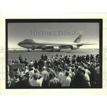 1990 Press Photo Crowd gather to greet President Bush aboard the Air Force One