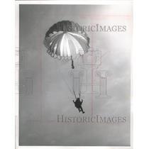 1963 Press Photo Sky Diver Jim Milburn Of Round Field, Texas On Way To Drop Zone