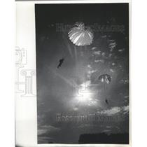 1965 Press Photo Two Parachutists Of Wisconsin Sky Divers Above Menomonee Falls