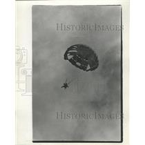 1966 Press Photo Parachutist Glides Toward Earth And Readies For The Landing