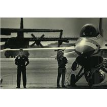 1986 Press Photo The Thunderbirds conducting pre-flight checks - mjx62821