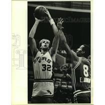 1985 Press Photo Spur Marc Iavaroni and King Eddie Johnson play NBA basketball