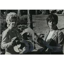 1972 Press Photo Mrs. Rowland Long Jr. & Mrs. Henry Crommelin Jr. Show Sculpture