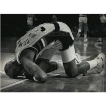 1989 Press Photo Milwaukee Bucks basketball player Terry Cummings goes down
