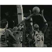 1985 Press Photo Bucks' Terry Cummings battles Mark West for basketball