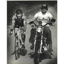 1984 Press Photo Bicyclist Brent Emery paced by Gary Krueger during work out