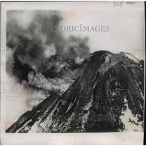 1950 Press Photo Eruption of Mount Pavlof in the Alaskan Aleutian mountain range