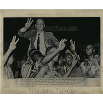 1980 Press Photo Milwaukee Lincoln basketball players carry coach after winning