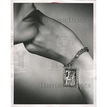 1953 Press Photo Parisian women bracelet ornament cafe - RRW48309