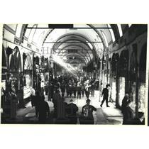 1990 Press Photo Sunlight streaming -archways of Istanbul, Turkey's Grand Bazaar