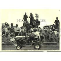1986 Press Photo Spectators watch lawn mower racers in Pennsylvania - nob55382