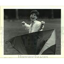 1991 Press Photo Pam Holey holds the twine to a huge kite - nob61348