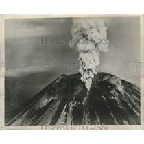 1949 Press Photo Volcano Mount Ngauruhoe erupts in Aukland, New Zealand