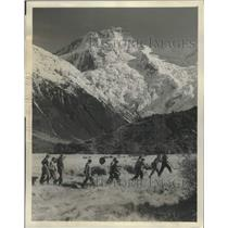 1953 Press Photo Mt. Cook seen, with hikers from the Huka Valley in New Zealand.