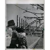 1953 Press Photo Young Couple Pauses For a Hug In Rome - RRX70601