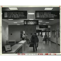 1984 Press Photo Houston IAH airport Spanish signs containing mistakes