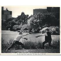 1985 Press Photo Milwaukee Fencing clubs members practice on lakefront