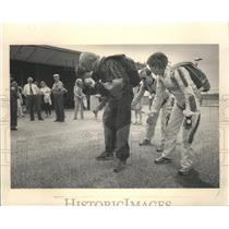 1985 Press Photo Members of Relatively North sky diving group practice formation