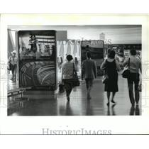 1986 Press Photo Houston Intercontinental Airport travelers in Terminal C