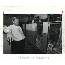 1989 Press Photo IAH air traffic control manager Jim Sinon next to computers